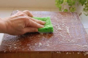 baking soda to clean odors from cutting board